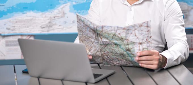 Laptop und Landkarte für Bewerbung im Ausland