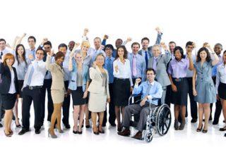 Gruppe von Mitarbeitern mit einem Rollstuhlfahrer