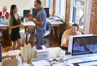 Abbildung eines Großraumbüros mit störenden Angestellten