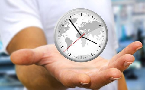 Schwebende Uhr über der Hand eines Businessmannes