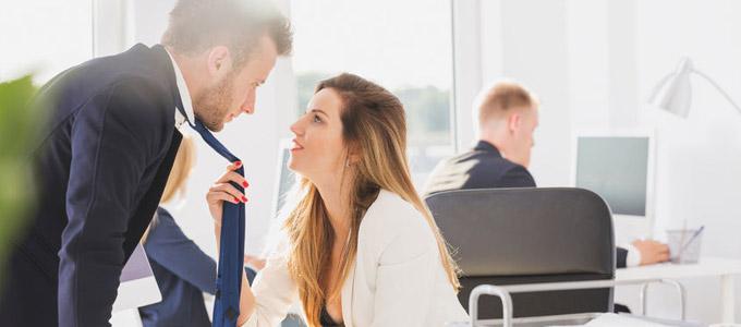 Zwei flirtende Menschen am Arbeitsplatz