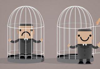 Illustration von unglücklichem Männchen im Käfig. Daneben ein anderes glückliches Männchen vor weiterem geöffneten Käfig stehend.