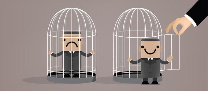 Unglücklicher Mann im Käfig. Daneben ein anderer glücklicher Mann vor weiterem geöffneten Käfig stehend.