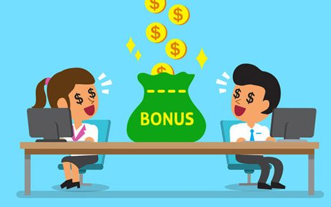 """Arbeitnehmer sitzen jeweils links und rechts am Schreibtisch, dazwischen ein Sack mit der Aufschrift """"Bonus"""" der durch einen Regen aus Geldmünzen gefüllt wird. Die Arbeitnehmer bestaunen den Geld-Regen und haben dabei Dollar-Symbole in den Augen."""