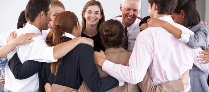 Darstellung von Kollegenzusammenhalt innerhalb eines Teams.
