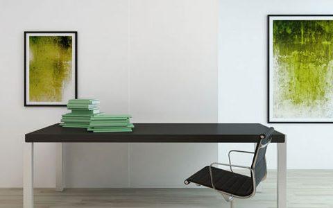 Ein äußerst übersichtliches, sauberes Büro mit weißen Wänden, welche mit zwei kunstvollen Bildern verschöner wurden. Die Bilder stellen moderne Kunst in verschiedenen Grüntönen dar.