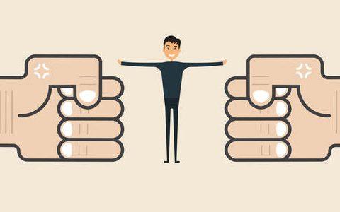 Comic Grafik mit einfarbigem Hintergrund im Nude-Farbton. In das Bild ragen links und rechst zwei Fäuste. Zwischen den Fäusten steht ein Mann mit ausgestreckten Armen und hält die Fäuste von einander fern.