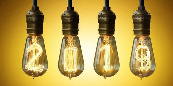 10 Dinge, die ein Arbeitnehmer 2019 unbedingt tun sollte / auf dem Foto: Drähte in 4 Glühbirnen ergeben die Zahl 2019.