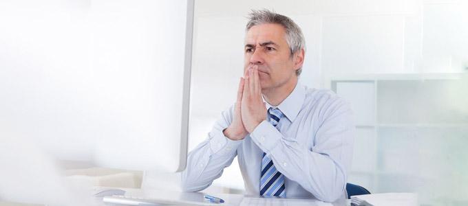 Probezeit / auf dem Foto: Angestellter (oder Vorgesetzter) überlegt, ob der Job (der Mitarbeiter) passt
