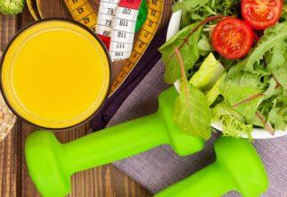 Gesundheitsförderung - Welche Kosten übernimmt die Krankenkasse? / auf dem Foto: Gesundes Essen, Hanteln, Fitness Food, Maßband.