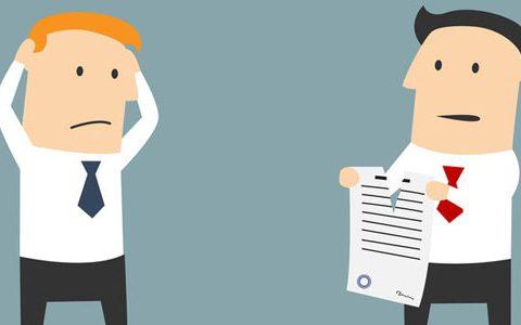 Kündigung. Muss der Arbeitgeber Gründe angeben / auf dem Foto: Karikatur. Zwei Männer stehen sich gegenüber. Einer der beiden zerreißt offensichtlich einen Vertrag, der andere schlägt unglücklich die Hände über seinem Kopf zusammen.