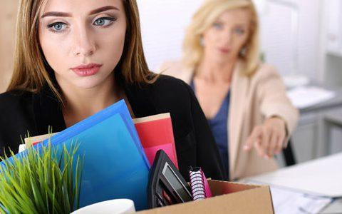 """Plötzlich arbeitslos - Zeit nutzen / auf dem Foto: Eine Frau hat ihre Kündigung erhalten, trägt ihr """"Hab und Gut"""" für das Büro und wird hinausgebeten."""