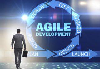 Agiles Arbeiten / auf der Grafik: Ein Geschäftsmann vor dem Konzept der agilen Softwareentwicklung.