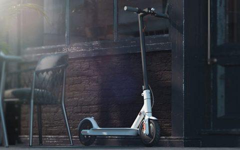 E-Scooter - Vorteile und Nachteile / auf dem Foto: Ein elektrischer Tretroller steht vor einem Café.