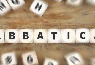 """Sabbatical - Ideen für Ihre Auszeit / auf dem Foto: Das Wort """"SABBATICAL"""" beim Scrabble-Spiel."""