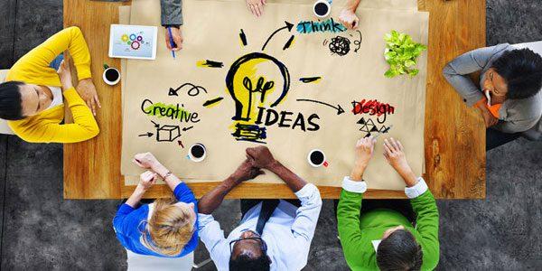 Kreativitätstechniken - So entwickeln Sie neue Ideen / auf dem Foto: Mitarbeiter diskutieren und versuchen ihr kreatives Potenzial auszuschöpfen.