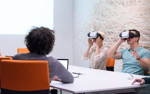 Meetings via Virtual und Augmented Reality / auf dem Foto: Mitarbeiter mit Virtual Reality-Headsets in einem Meeting.