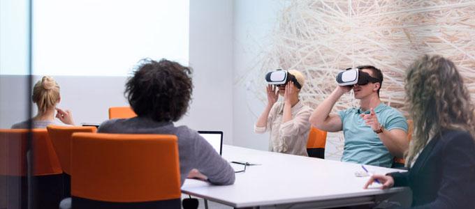 Meetings via Virtual und Augmented Reality / auf dem Foto: Mitarbeiter mit Virtual Reality-Headsets in einem Meeting.