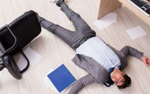 Mann im Anzug lliegt auf dem Boden