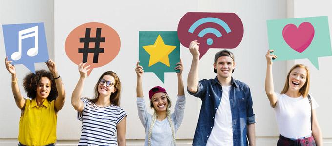 Generation Z / auf dem Foto: Jugendliche bzw. junge Erwachsene halten Social Media-Icons in die Höhe.