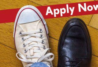 """Employer Branding - kreative Stellenanzeigen / auf dem Foto: Vor einem Schriftzug """"Apply now"""" (Bewerben Sie sich jetzt) stehen zwei unterschiedliche Schuhe - Turnschuhe und schicke Lederschuhe."""