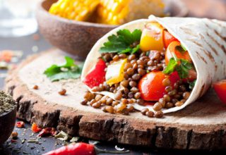 Vegane Mittagspausen im Büro / auf dem Foto: Vegane Wraps mit Linsen und Maiskolben.
