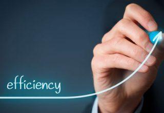 Das Wort efficiency über einer gezeichneten Kurve die nach oben verläuft, samt Hand und Stift