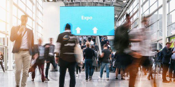 12 Tipps für den Besuch einer Jobmesse / auf dem Foto: Anonyme Menschen auf einer Expo / Jobmesse.