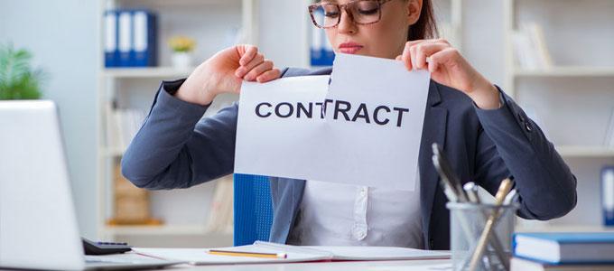 Frau zerreißt einen Zettel auf dem Contract steht