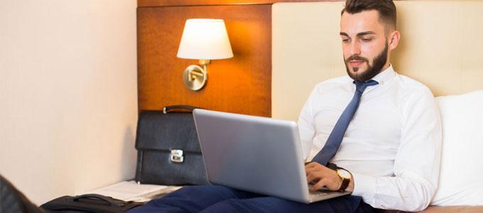 Hotel-Office statt Home-Office / auf dem Foto: Hotelzimmer mit modernem Interieur.