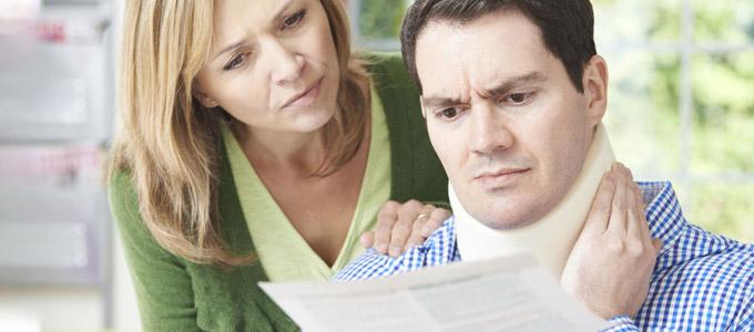 Man und Frau lesen einen Brief, der Mann hat eine Halskrause um und hält sich den Hals