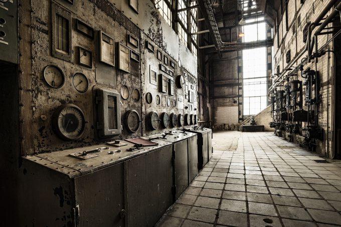 Rostige Steuereinheit in einem alten, verlassenen Fabrikgebäude
