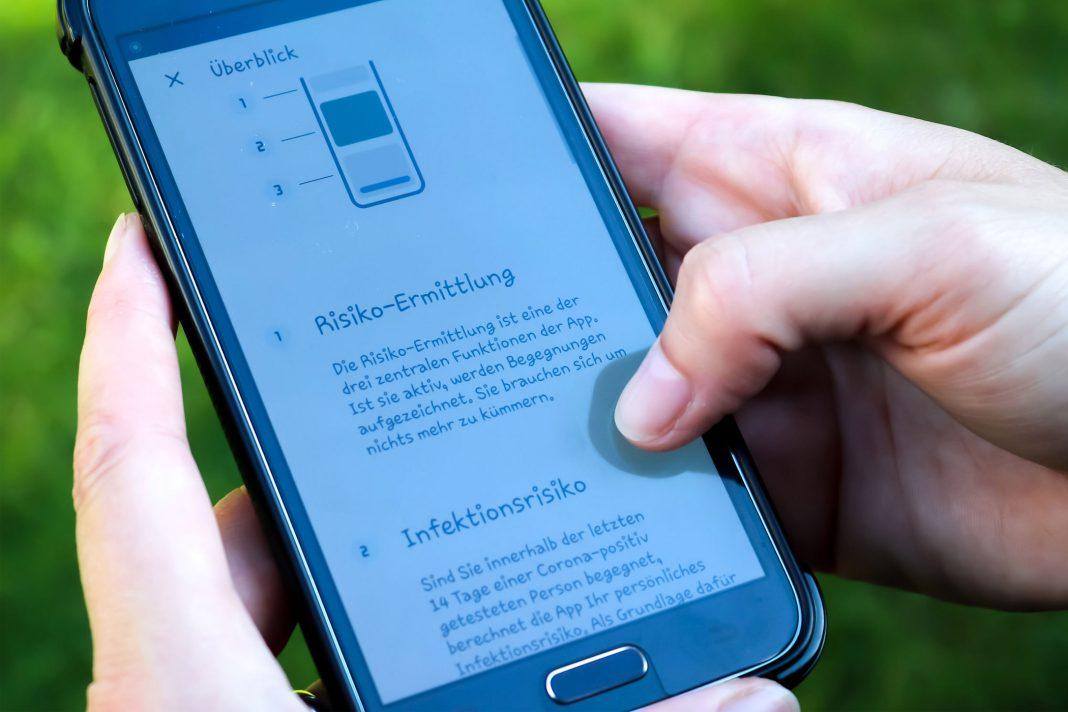 Smartphone mit der Corona-Warn-App