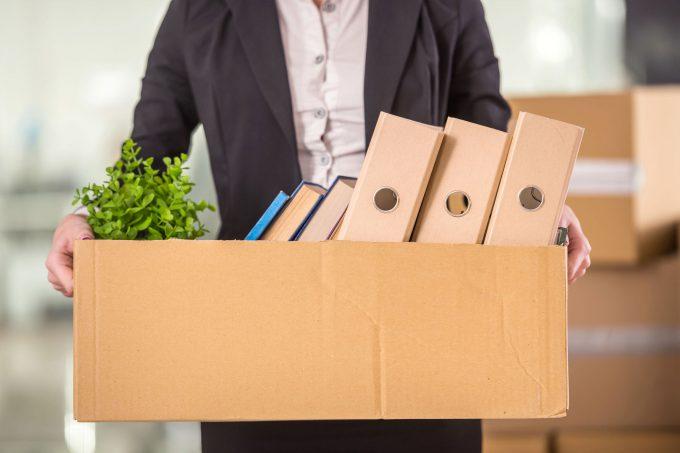 Eine Person mit seinen Sachen im Karton - Kündigung