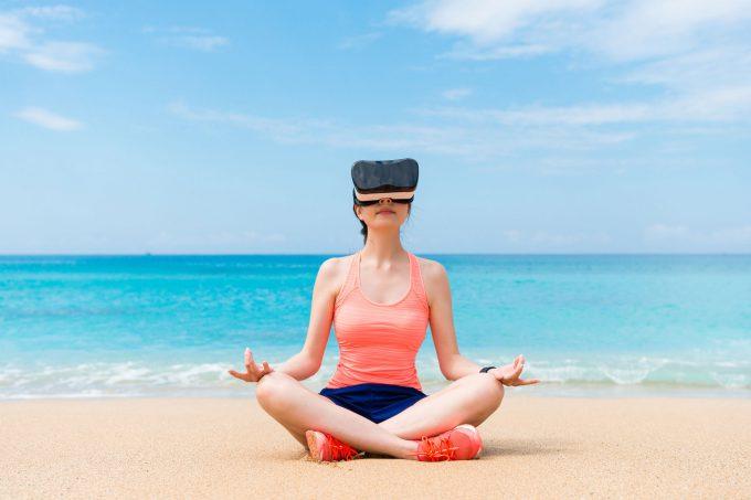 Frau im Lotussitz mit VR-Brille