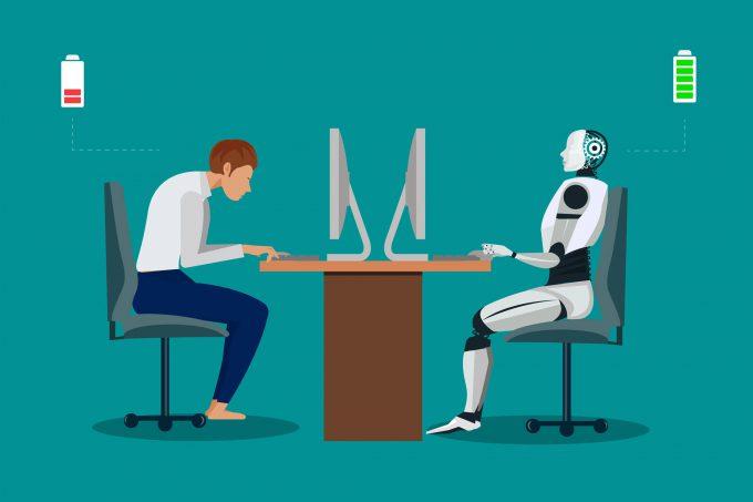 Man sitzt am Pc gegenüber einem Roboter