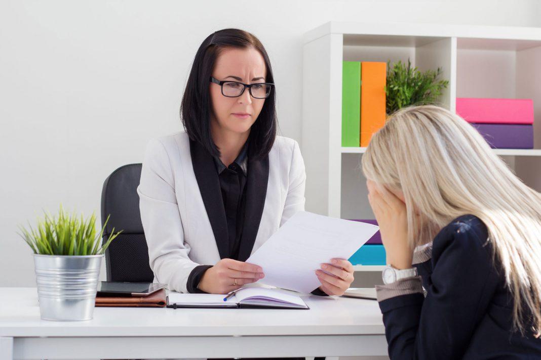 Zwei Frauen bei einem Trennungsgespräch