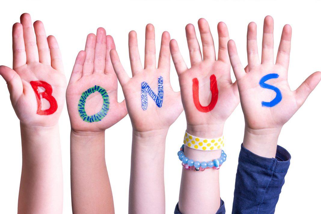 5 Hände zeigen jeweils einen Buchstaben zusammen ergibt es das Wort Bonus