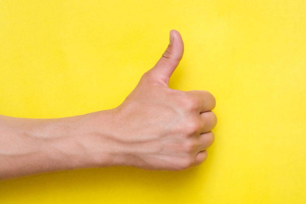 Man sieht einen Hand mit einem Daumen nach oben