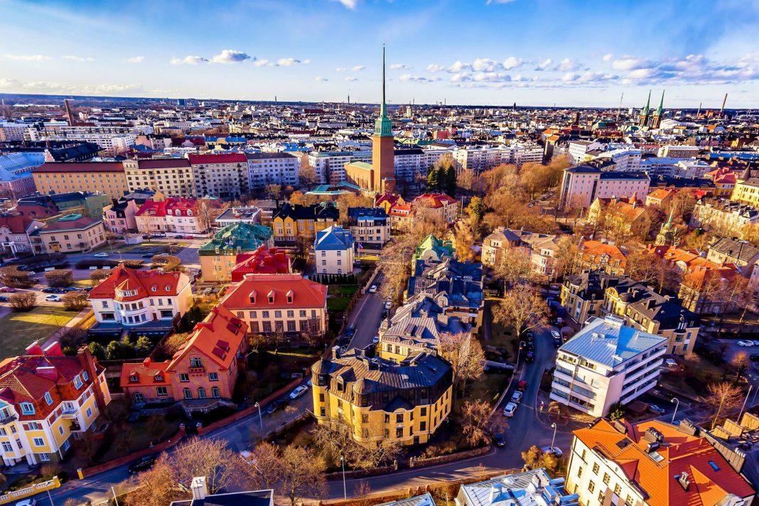 Es wird eine Stadt in Finnland gezeigt