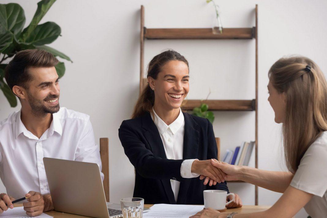 Eine neue Mitarbeiterin wird von einer Kollegin begrüßt