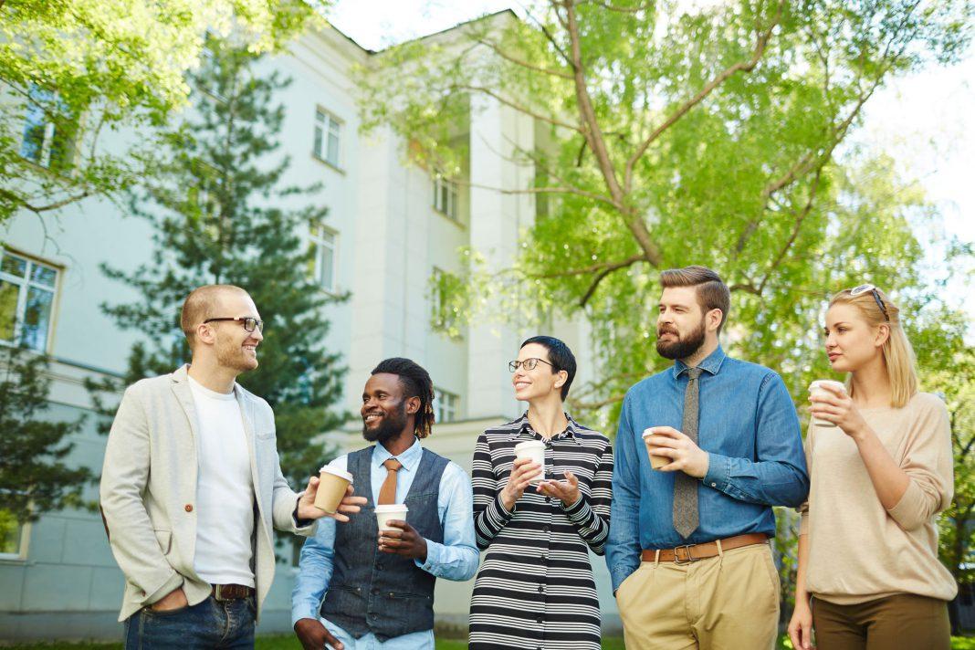 5 Personen haben ein Meeting im Freien