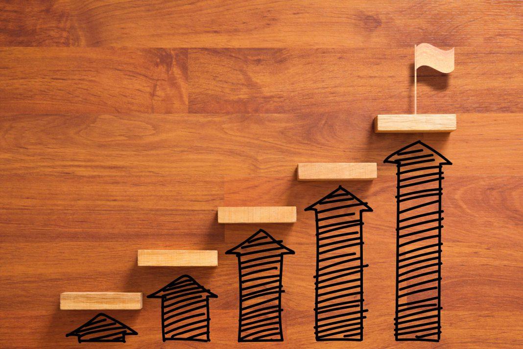 Mit kleinen Schritten zum Erfolg. Dargestellt sind 5 Stufen, die dann zum Ziel führen.