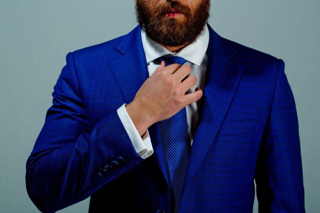 Ein Mann im blauen Anzug angezogen für ein Vorstellungsgespräch