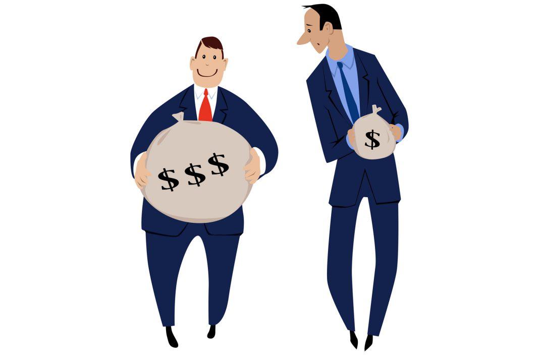 Zwei Cartoonmänchen die jeweils Geldsäcke halten, einer mit mehr Geld als der andere.