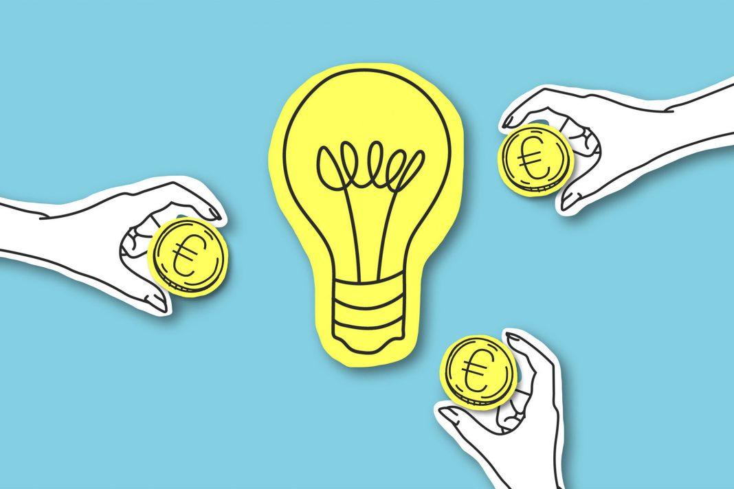 Eine leichtende Glühbrine, die eine Idee repräsentiert in diesem Fall wie man an Geld für sein Business kommt.