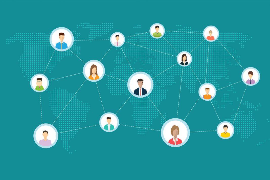 Online mit anderen Personen netzwerken.
