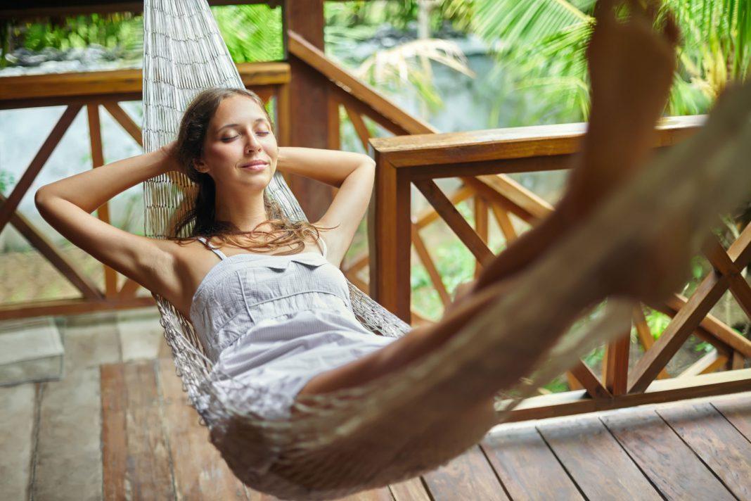 Eine Frau entspannt in einer Hängematte